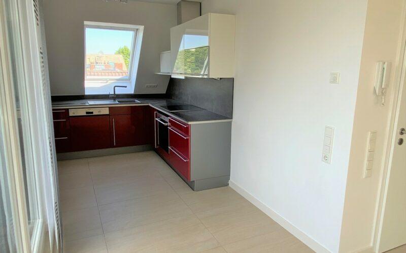 Küche und Wohnungseingang rechts